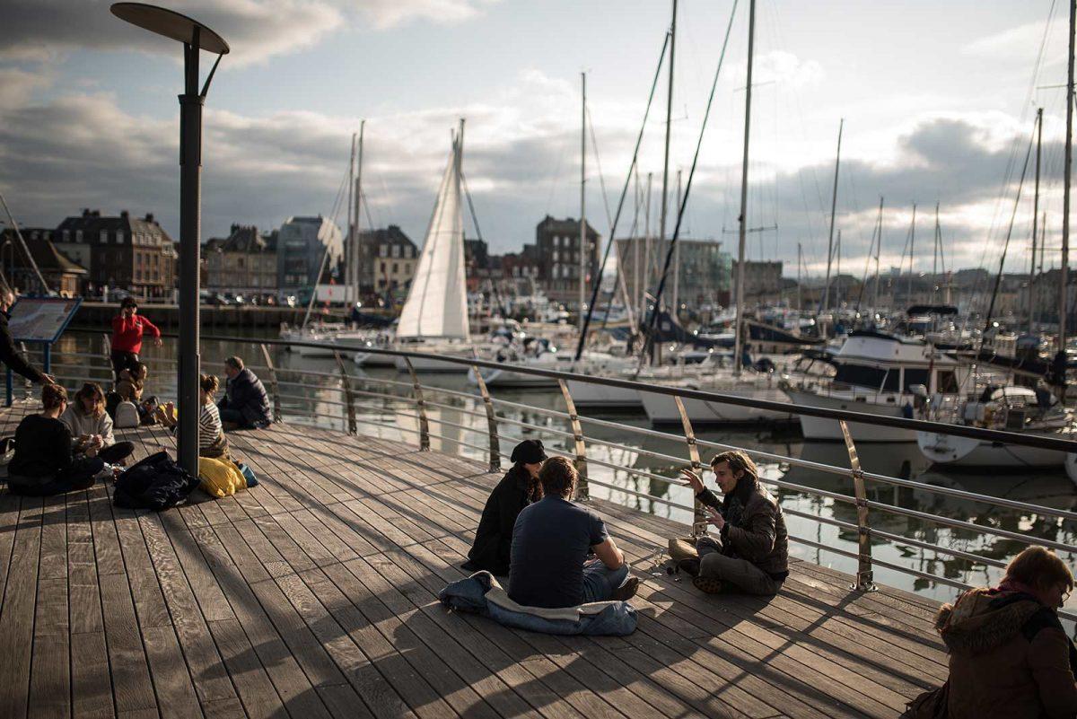 Jeunes discutant face au port lors de la foire au hareng et à la coquille de Dieppe