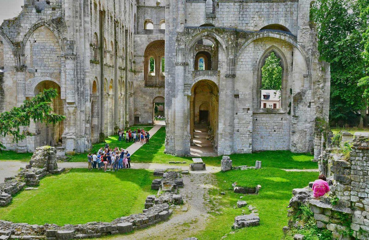 Visitantes en la abadía de Jumièges