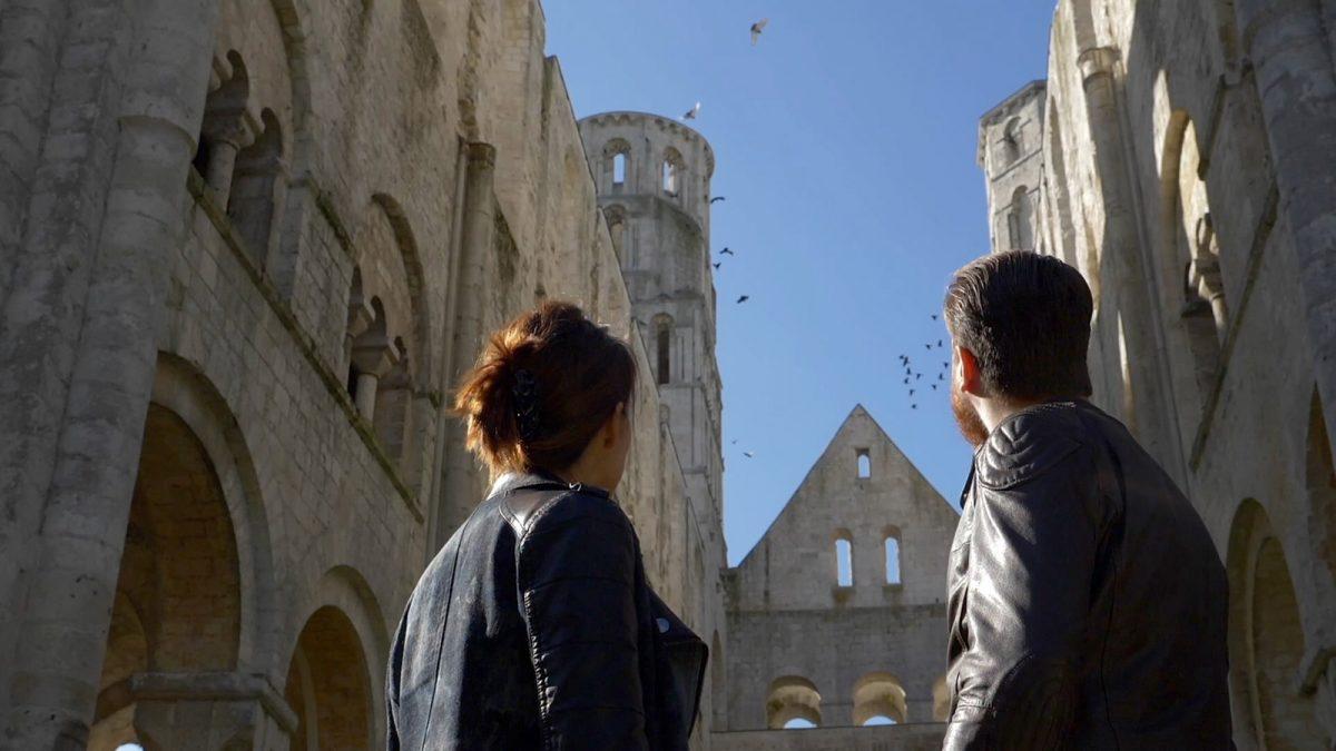 Pareja de moteros delante de las ruinas de la abadía de Jumièges