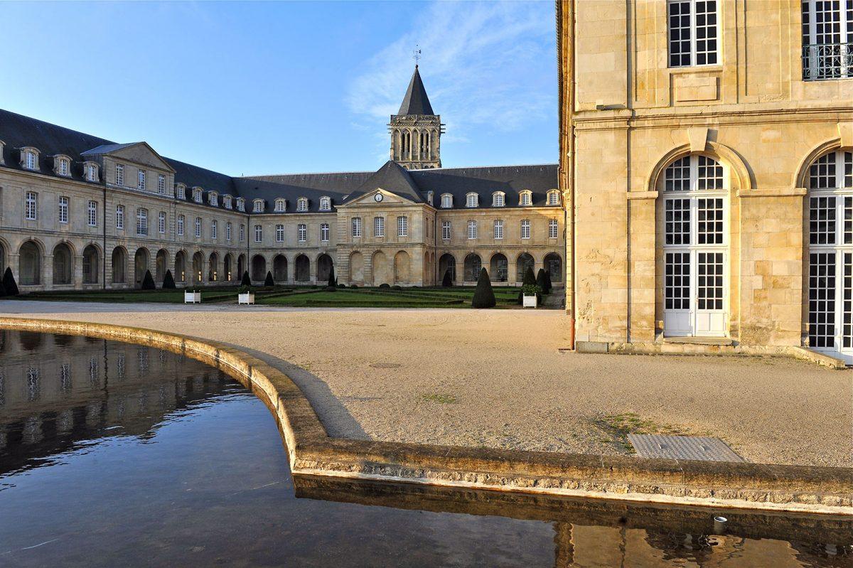 Caen, abbaye aux dames, cour