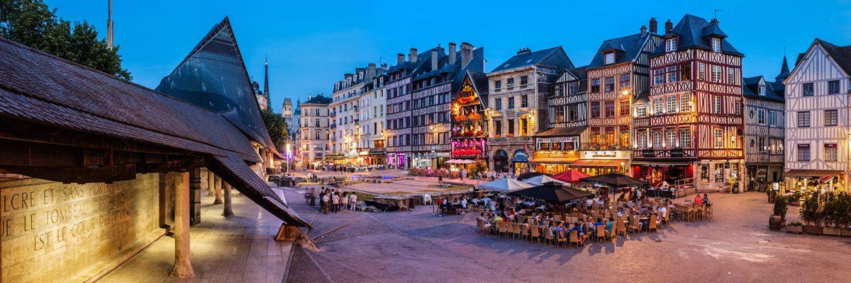 Rouen - Terrazas y bares en la Plaza du vieux marché de noche