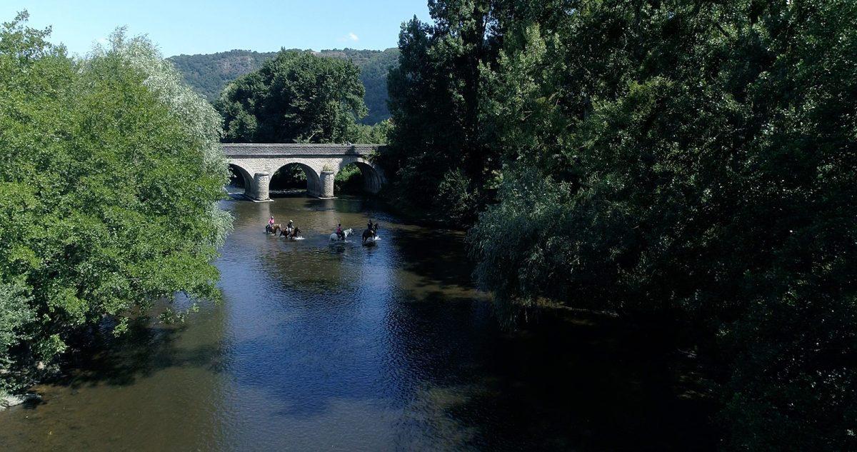 Passage d'une rivière à cheval pendant la chevauchée de Guillaume