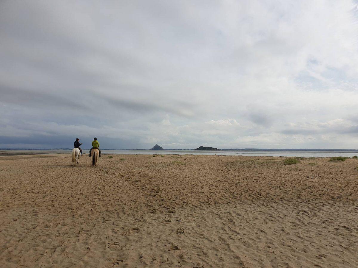balade à cheval sur le sable vers le Mont-Saint-Michel