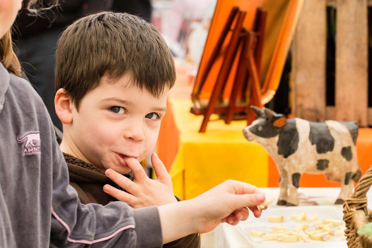 Enfant à la Foire aux fromages à Pont-l'Evêque