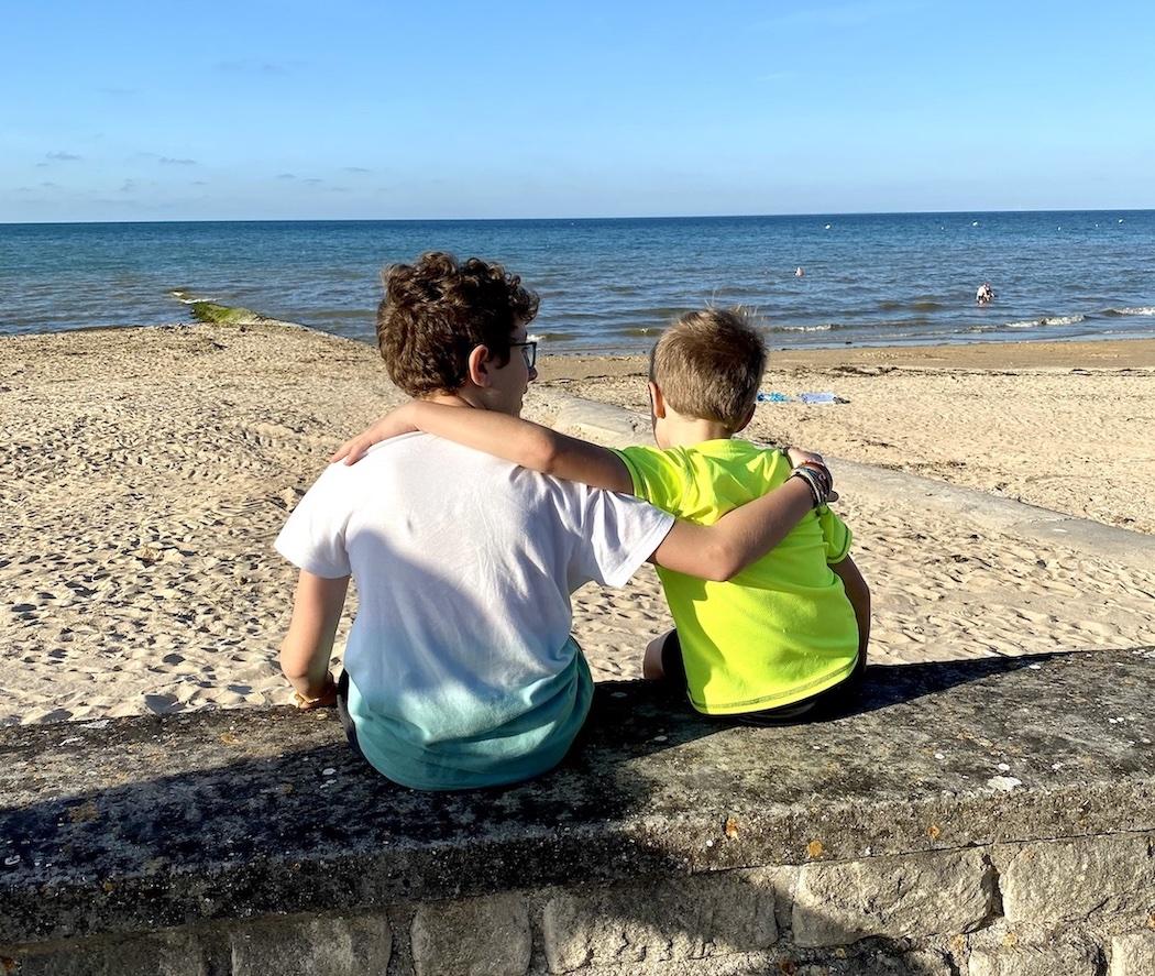Niños en la costa de Nacre